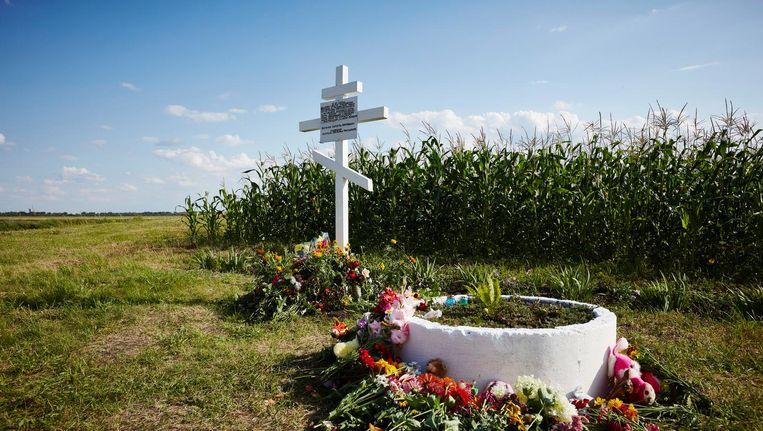 Bloemen bij het herdenkingsmonument op de plek waar de cockpit is neergestort. Beeld anp