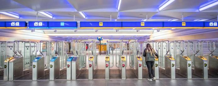 De poortjes op het station en in de tunnel gaan op maandag definitief dicht. Alleen met een OV-chipkaart kom je binnen. foto Frans Paalman