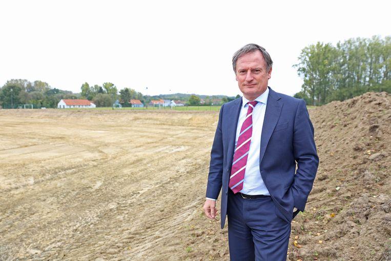 Voorzitter Wim Claeys bij de afgegraven grond waar het nieuwe speelveld komt te liggen.