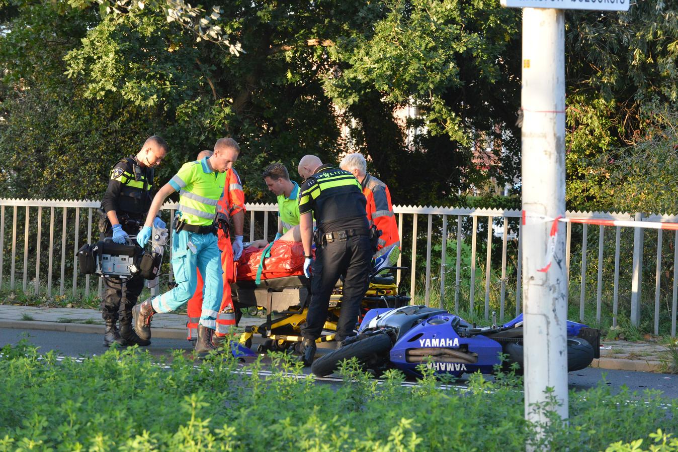 De gewonde motorrijder op de Houtrustweg.