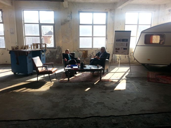 Overleg in het U-gebouw van KVL, met een caravan als kantoor bij de hand