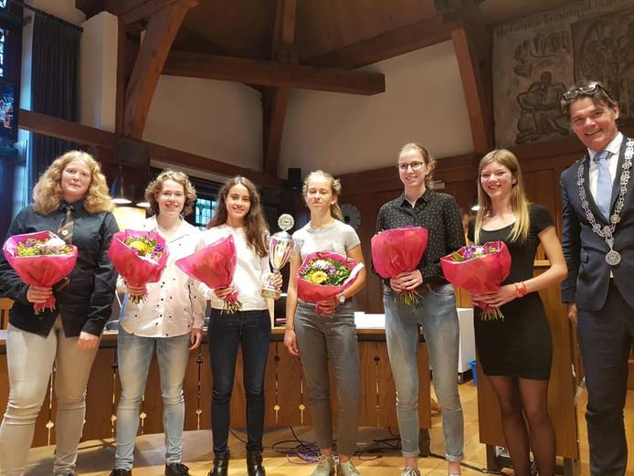 Leerlingen van het Newmancollege winnen het project Jeugd en Politiek.