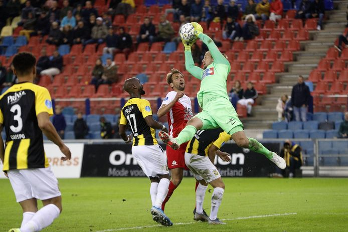 Remko Pasveer plukt de bal stijlvol uit de lucht tegen FC Utrecht.