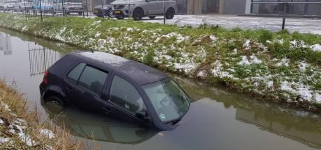 Auto slipt en komt terecht in Drutense sloot