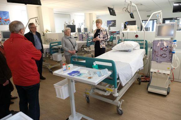 Bezoekers krijgen een rondleiding op de kunstnierafdeling van Sint-Jozef.
