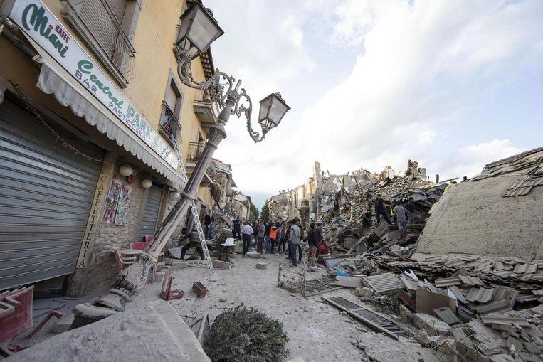 Het straatbeeld in het gisteren door een aardbeving getroffen Amatrice, Italië. Beeld anp