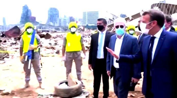 De Franse president tijdens een bezoek aan het zwaar getroffen Beirut.