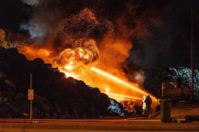 Brandweerlieden bestrijden de grote brand bij afvalverwerker Talen in Meppel.