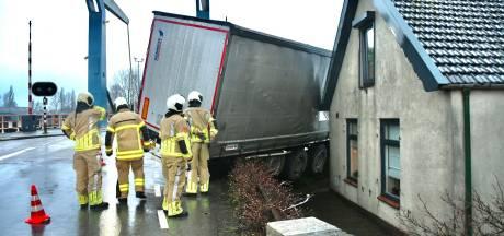 Vrachtwagen rijdt tegen gevel van woning aan in Hei- en Boeicop