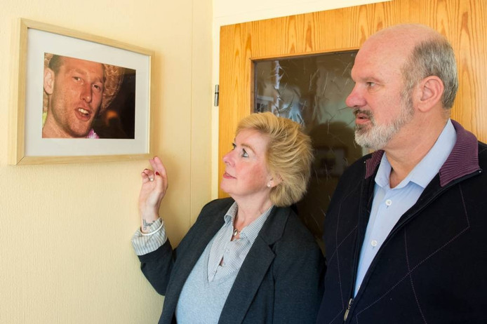 """Will en André Bicker thuis bij een portret van hun zoon Youri. """"Zijn dood beheerst ons dagelijks leven."""""""