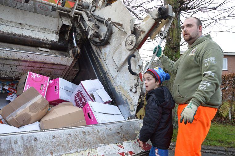 Keano helpt de mannen van Ilva mee tijdens hun ophaalronde van papier.