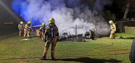 Brandweer kan caravan niet meer redden op vakantiepark Ede, hond vermist