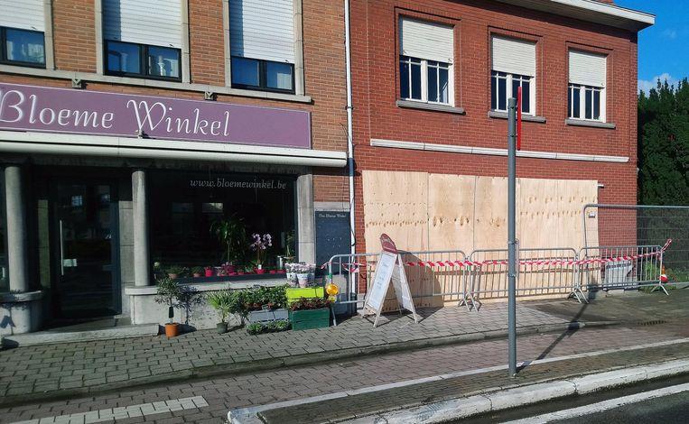 De gevel van het huis aan de Leopoldstraat, naast de bloemenhandel, is dichtgemaakt met houten platen.