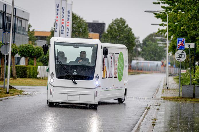 De TRENS Solar Train, met burgemeester Onno van Veldhuizen achter het stuur, rijdt een rondje over Kennispark.