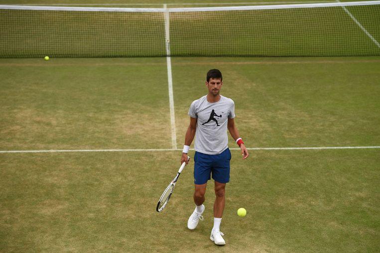 Novak Djokovic op de trainingsbaan van Wimbledon. Beeld AFP