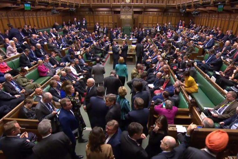 Leden van het Lagerhuis wachten woensdagavond laat op de uitslag van de stemming over Brexit-uitstel.  Beeld AFP