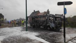Schoolbus brandt volledig uit