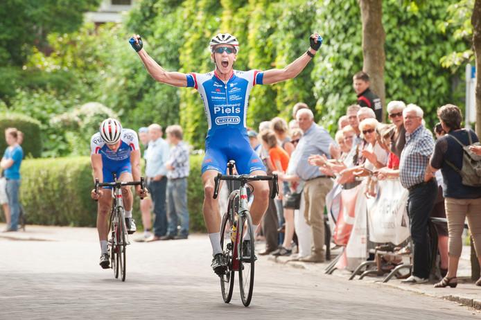 Twan Brusselman komt in 2015 als eerste over de streep in Gilze in de Midden Brabant Poort Omloop voor zijn ploeggenoot Patrick van der Duin.