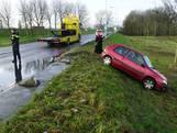 Auto glijdt als sjoelsteen van oprit A1 in Deventer