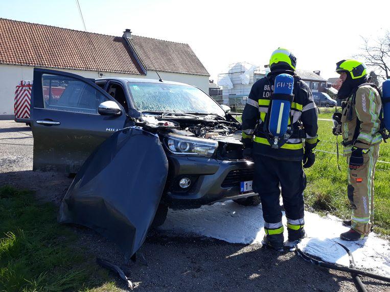 De brandweer kreeg het vuur snel onder controle. De wagen is total loss verklaard.