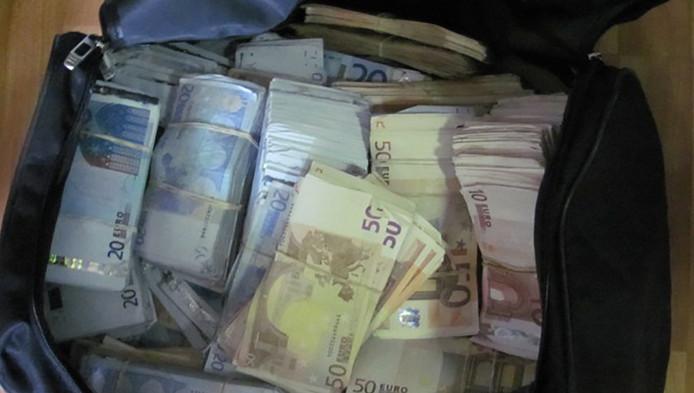 Een door de politie in beslag genomen tas met geld.