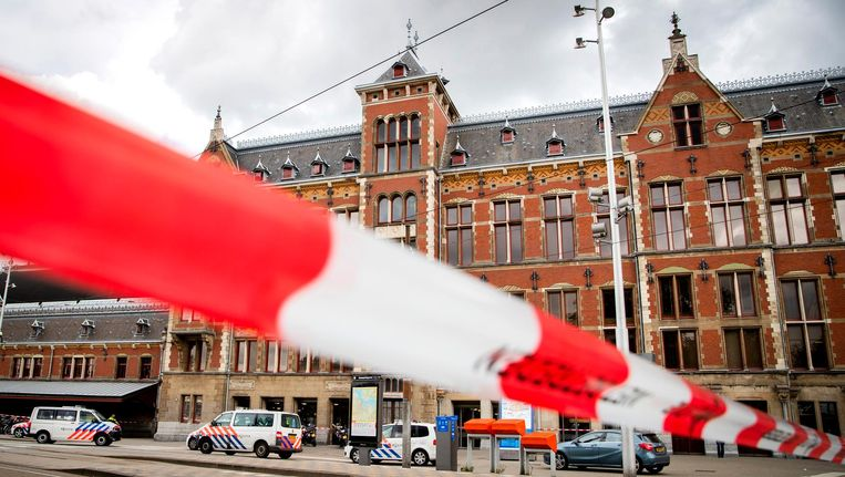 Politie-agenten op Amsterdam Centraal hadden de Afghaan vlak voor zijn daad al op de korrel. Beeld anp