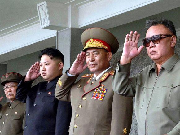 Kim Jong-un (tweede van links) en zijn vader Kim Jong-il.