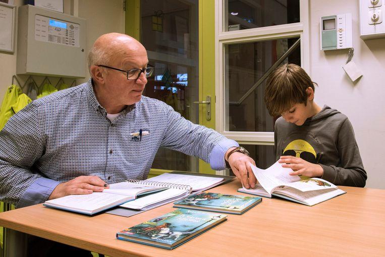 Een gepensioneerde leraar helpt mee op school. Beeld Roel Burgler, HH