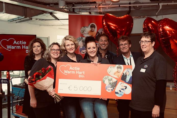 Het geld dat gewonnen werd door Stichting Mensen in Nood 0341 is volgens Annemieke Simon (derde van links) zeer welkom als opstapje om een inloophuis te realiseren.