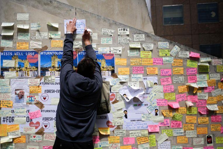 Na de aanslag van afgelopen weekeinde hebben veel mensen een bericht achtergelaten op een post-it briefje dat ze op een muur nabij de London Bridge plakten. Beeld ap