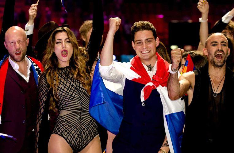 Douwe Bob juicht na het bemachtigen van een plek in de finale van het Eurovisiesongfestival in het Zweedse Stockholm. Beeld ANP