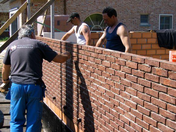 Mensen dienen vaak plannen in om een huis te renoveren, maar stiekem slopen ze het bijna volledig.
