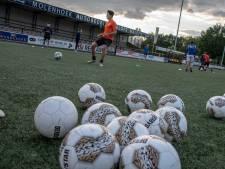 Voetballers Juliana'31 mogen het veld op: 'Heerlijk, eindelijk weer tegen de bal trappen'