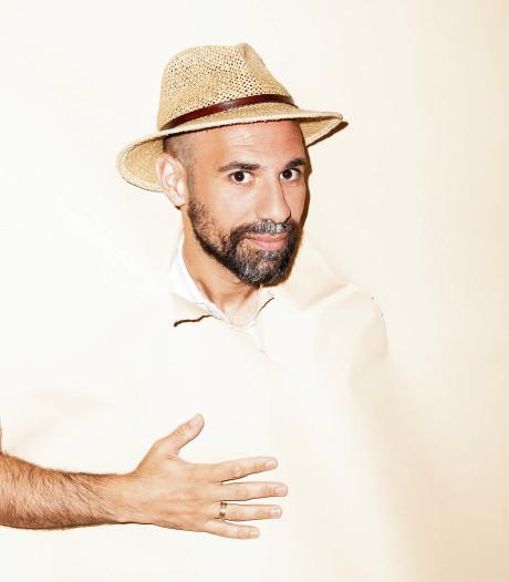Winnaar 'de Ganzenveer' Abdelkader Benali treedt op in DiamantTheater