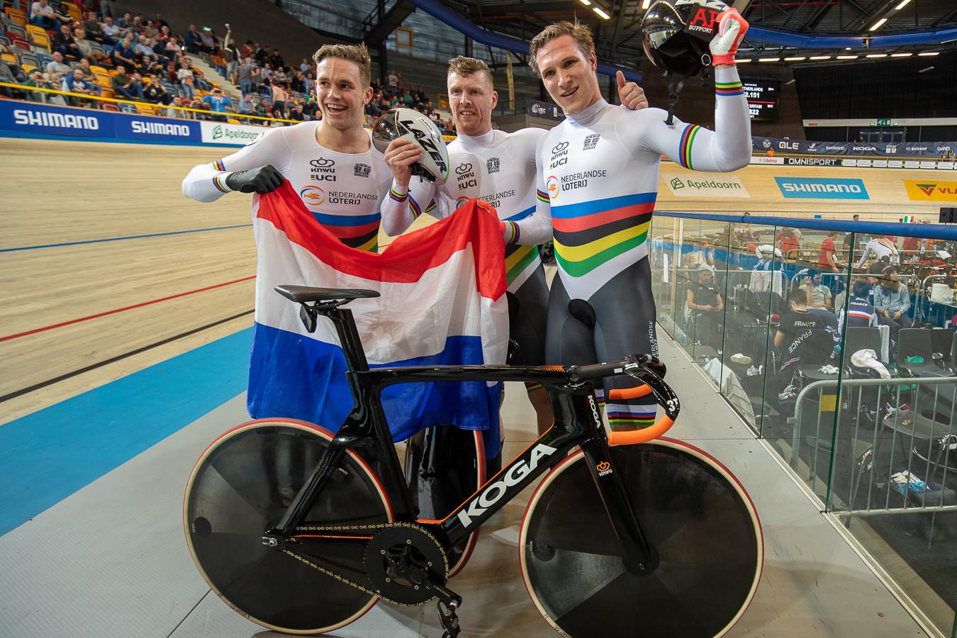 Harrie Lavreysen, Roy van den Berg (midden) en Jeffrey Hoogland vieren hun Europese titel op de teamsprint.