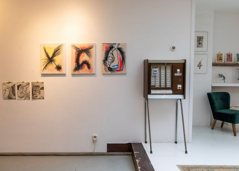 Een van de Art-o-maten die nu bij Galerie Oosterbosch staan, verhuist volgende week naar Athenaeum Boekhandel waar er nog tot eind dit jaar kunst uit kan worden getrokken. Beeld Lin Woldendorp
