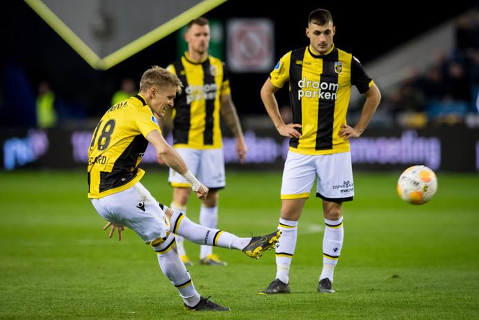 Martin  Ødegaard schiet op doel voor Vitesse in de play-offs tegen FC Utrecht.