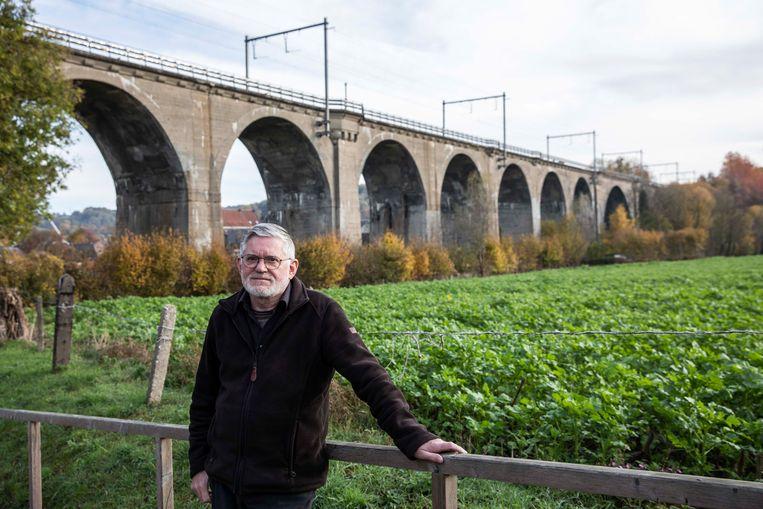 Rik Palmans bij de 22 meter hoge spoorwegbrug als onderdeel van een snelle verbinding tussen het Ruhrgebied en Antwerpen. De spoorlijn werd 100 jaar geleden door de Duitsers aangelegd.