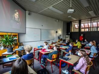 """Jongeren krijgen Rode Neuzen-les van 'meester' Jonas Van Geel en Birgit Van Mol: """"Het was grappig en confronterend tegelijk"""""""