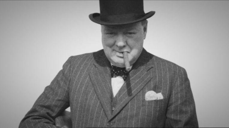 Winston Churchill, zoals de wereld hem kent: mét sigaar en buishoed.
