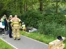 Auto vliegt over de kop in Putten: bestuurder gewond