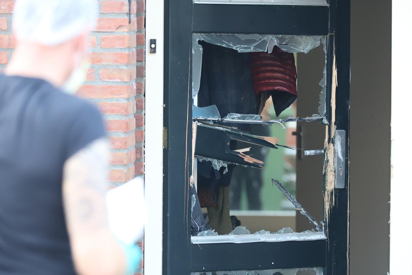De voordeur in Den Hoorn werd opgeblazen met een explosief