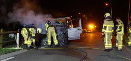 Auto spontaan in brand bij Vaassen