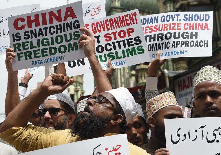 Indiase moslims protesteren in Bombay tegen het vastzetten van moslimminderheden in Xinjiang in China. Beeld AFP