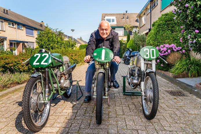 Koen Muijlwijk zit opde motor die zijn vader Jan in 1943 bouwde.