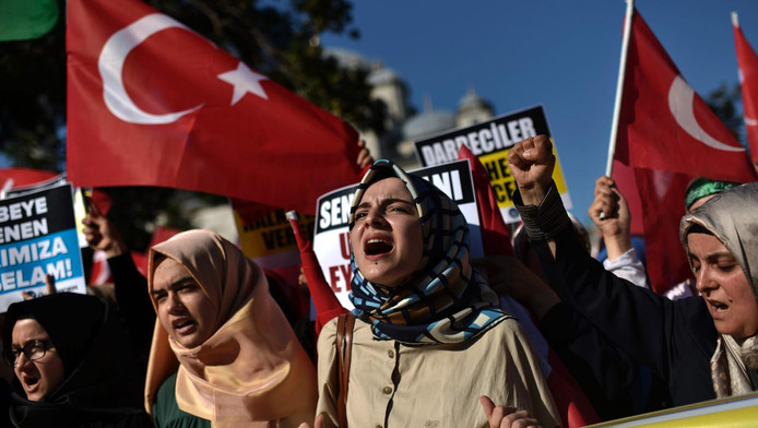 Pro-Erdogan supporters zwaaien met de Turkse vlag.
