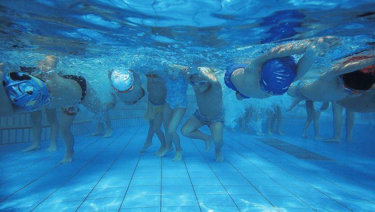Kinderen krijgen zwemles in Hangzhou. In hetzelfde zwembad traint Fu Yuanhui, die brons haalde op de 100 meter rugslag bij de Olympische Spelen Beeld Reuters