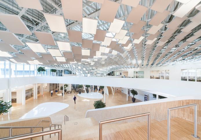 Het atrium van het hoofdkantoor van Philips Lighting op de High Tech Campus in Eindhoven. Foto Philips Lighting/Norbert van Onna