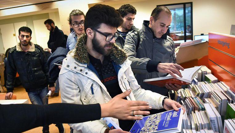 Asielzoekers in de bibliotheek van Zoetermeer Beeld Marcel van den Bergh