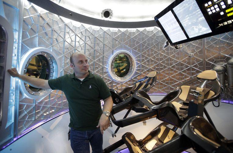 Programmaleider Garrett Reisman in de SpaceX Dragon V2.